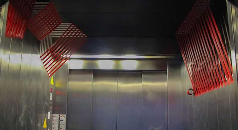 Panorama Bild von 3D Tape-Art im Fahrstuhl