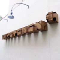 serotonin plus- Karton Pappe graffiti kunstwerk- Slava Ostap-Vorschaubild