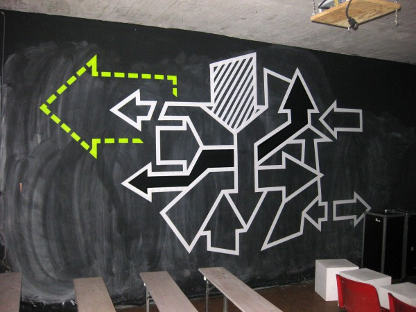 Abstraktes Tape Art Graffiti- Pfeile