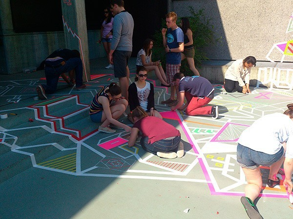Kinder am Kleben- Tape Art und Street Art Workshop in Gymnasium