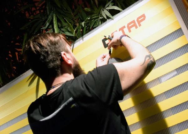Tape Art Künstler beim Kleben- Dortmund 2016