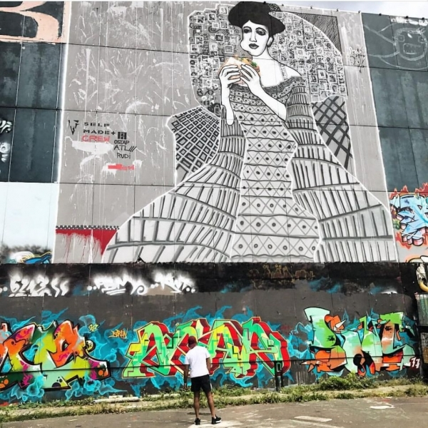 Frau in Beton, Mural auf Teufelsberg. Berlin 2016