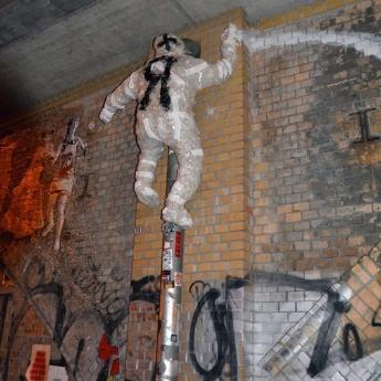 Detlef der Aufsteiger- Tape-Street-Art in der Dircksenstr-Berlin 2016