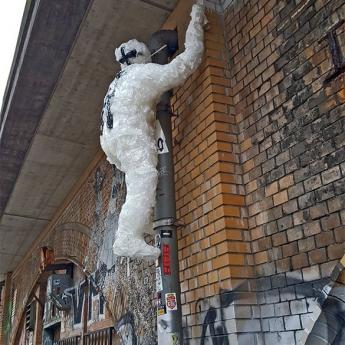 Detlef der Aufsteiger- Street-Art-Skulptur aus Klebeband von Ostap und Selfmadecrew