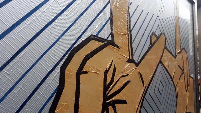the-hände-klebeband-street-art-tageslicht-thehaus-Nahaufnahme