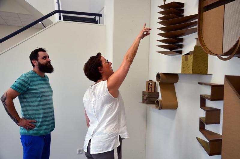 Der Auftraggeber- Fr Karoline Zerhusen begutachtet fertiges Kunstwerk