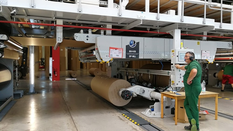 Zerhusen-cardboard factory hall-production running