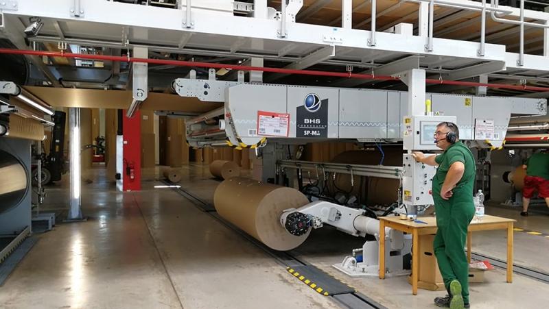 Zerhusen-cardboard factory hall-production running