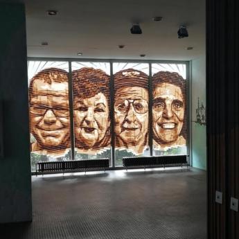 Packband Porträts beim Tageslicht im Foyer