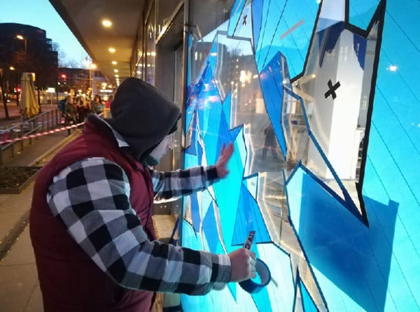Selfmadecrew bei der Arbeit- Paketklebeband Street Art