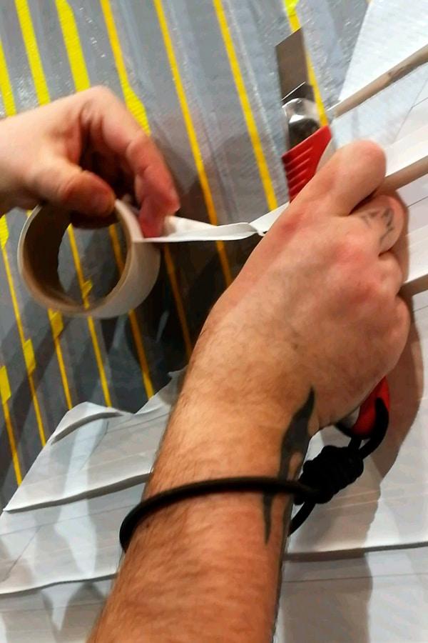 Hände des Tape-Art-Künstlers beim Live Kleben- Selfmadecrew Berlin