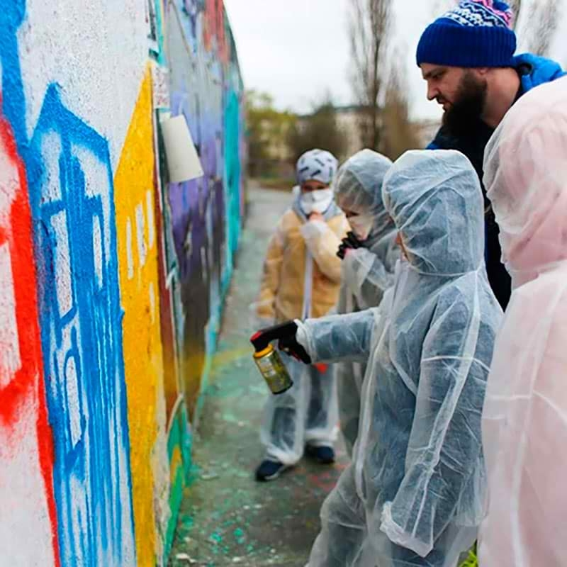 Kinder am Sprühen- Ein Graffiti Workshop mit Berliner StraßenKünstler